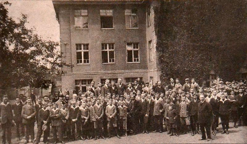 Profesorowie i uczniowie na boisku szkolnym r.szk1923na24